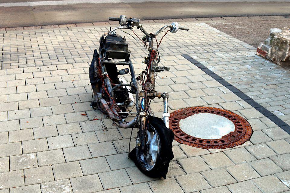 gnadenlos berladen wohnungsumzug mit motorroller. Black Bedroom Furniture Sets. Home Design Ideas