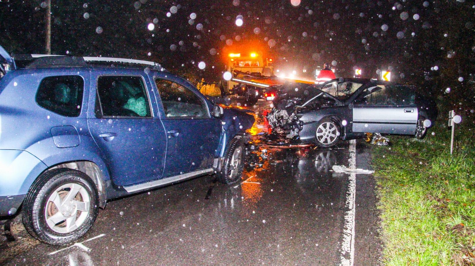 Frontalzusammenstoss im stroemenden Regen:  Die Kollision zweier PKW am Montagab end auf der B249 bei Riegelsberg forderte zwei Schwerverletzte. Foto: Rolf Ruppenthal/