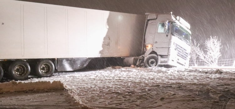 Gemüselaster blockiert Autobahn über Stunden