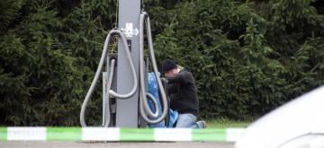 Behutsam öffnet ein Sprengstoffexperte den Müllsack