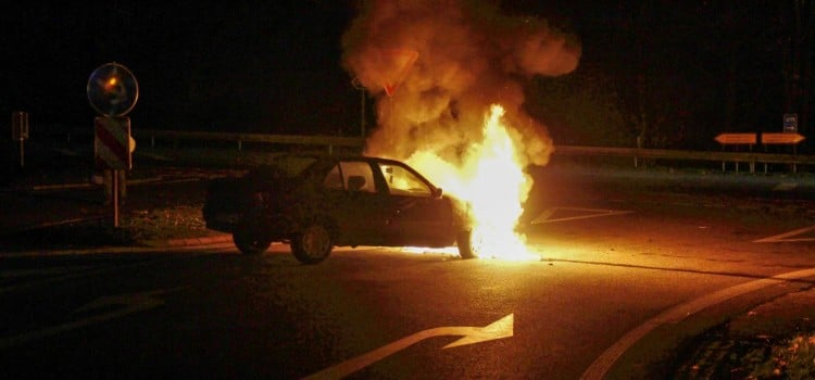Der Motorraum des Peugeot steht in Vollbrand. Der Fahrer konnte sich rechtzeitig retten