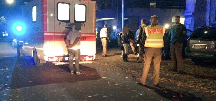 Vor der Grundschule gingen mehrere Personen aufeinander los. 3 Personen wurden verletzt