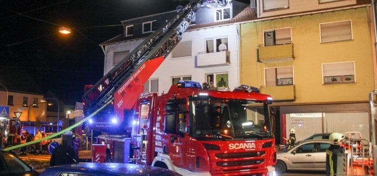 Mit der großen Drehleiter leuchten die Feuerwehrleute die Dachgeschosswohnung aus