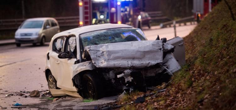 Tödlicher Verkehrsunfall  zwischen Ludweiler  und Lauterbach: Ein Frontalzusammenstoss zwischen einem PKW und  LKW blockierte am Montagnachmittag für Stunden die Landstraße 165 zwischen Ludweiler und Ludweiler.  Unmittelbar nach einer  unübersichtlichen Kurve kam es zu dem folgenschweren Zusammenstoß. Dabei wurde die Fahrerin des PKW getötet.  Neben Polizei und Rettungsdienst war auch die Feuerwehr Völklingen mit mehreren Fahrzeugen im Einsatz. Ein Gutachter soll den genauen Unfallhergang und seine Ursachen ermitteln. rup/ Foto: Rolf Ruppenthal/ 30. Nov. 2015