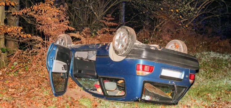 Der Nissan liegt am Straßenrand auf dem Dach, der Fahrer blieb unverletzt