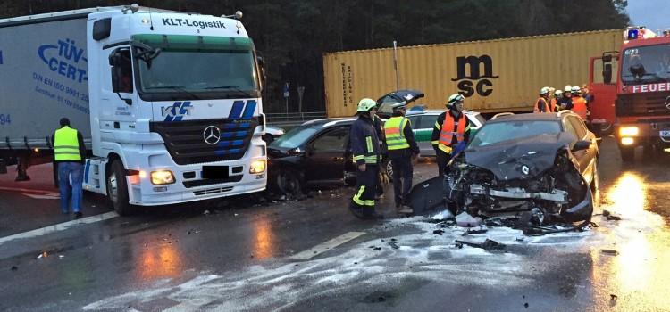 Zwei dunkle Renault Kombis stießen auf dem Autobahnzubringer bei Wellesweiler am Montagmorgen zusammen. Einer der Kombis rutschte gegen einen gerade anfahrenden Lastwagen, aus ihm musste die Feuerwehr eine Frau befreien.