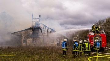 Hallenbrand  bei Perl - Grosseinsatz für die  Feuerwehr. Foto: Rolf Ruppenthal/ 30. Nov. 2015