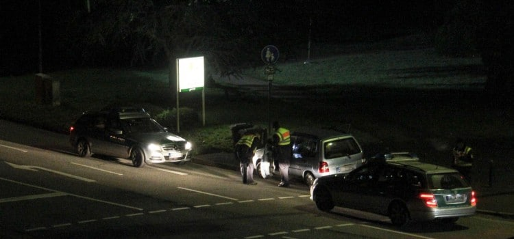 Beamte untersuchen den Wagen