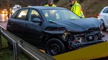 Ein schwerer Verkehrsunfall hat am  Dienstagmorgen die B 269 neu zwischen Lisdorf und Altforweiler blockiert. Ausgerechnet an ihrem 21.  Geburtstag kollidierte eine junge Autofahrerin  auf  der Richtungsfahrbahn Überherrn bei einem Überholvorgang mit einem LKW und schleuderte danach in die rechten Leitplanken. Während der Geburtstagkuchen im Auto heil blieb,  musste das Geburtstagkind verletzt ins Krankenhaus transportiert werden. An ihrem Fahrzeug entstand  hoher Sachschaden. Der LKW konnte nach dem Unfall mit nur  geringfügigen Beschädigungen seine Fahrt vorsetzen. Infolge des Unfalls  kam es  im Berufsverkehr  auf der B 269 neu in beiden Fahrtrichtungen zu erheblichen Verkehrsbehinderungen. Aufgrund des  nach dem Unfall querstehenden LKW war die B 269 zeitweise voll gesperrt. rup/ Foto: Rolf Ruppenthal/ 1. Dez. 2015
