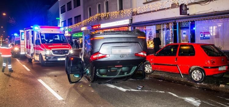 Ein schwerer Verkehrsunfall hat am  Dienstagabend die Saarbrücker Straße in Bous  blockiert. Ein  PKW-Fahrer rammte  in Höhe  der Bahnhofstrasse ein parkendes Fahrzeug und überschlug sich anschließend mit dem Auto.  Dabei wurde der Fahrer verletzt.  Nach notärztlicher Behandlung noch an der Unfallstelle wurde er zur weiteren medizinischen Betreuung in ein Krankenhaus transportiert. Neben Notarzt und DRK-Rettungsdienst waren auch die Polizei und die Feuerwehr aus Bous im Einsatz. Die Saarbrücker Straße war  infolge des Unfalls voll gesperrt. rup/ Foto: Rolf Ruppenthal/ 8. Dez. 2015 Foto: Rolf Ruppenthal/  8. Dez. 2015