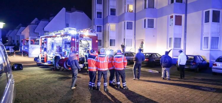 Polizisten positionieren einen Streifenwagen vor dem Haus