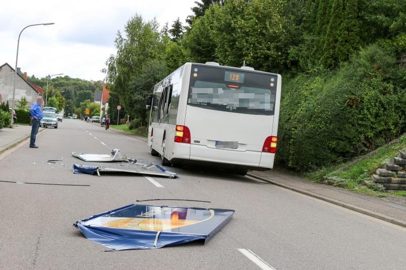 Bus-kracht-in-Bierstand-4