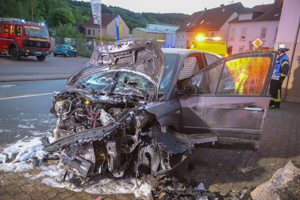 Vier schwerverletzte Kinder! Auto knallt gegen Hauswand und geht in Flammen auf!