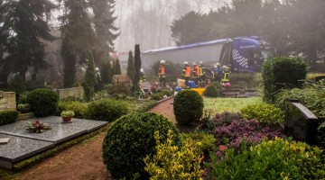 LKW-rauscht-in-Friedhof-3